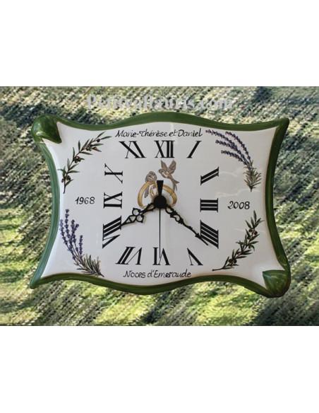 Horloge en faience modèle parchemin pour anniversaire de mariage + inscription personnalisée + bord vert