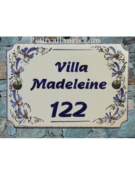 Grande plaque de maison en céramique modèle aux angles incurvés motif artisanal Fleurs Bleues + personnalisation