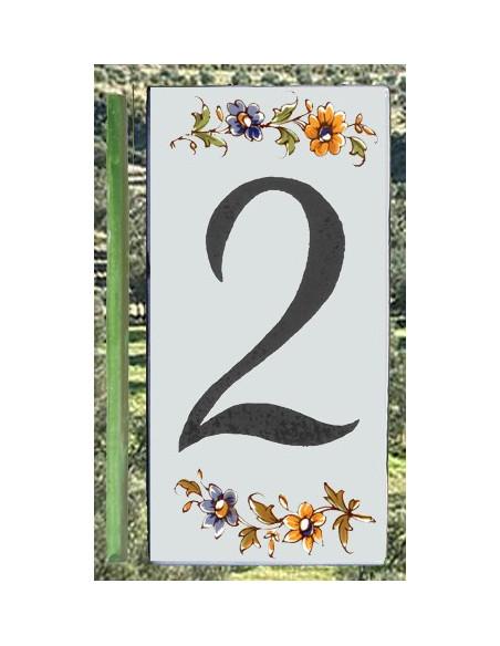 Numero de rue au détail en céramique à coller en faience avec chiffre 2 motif fleurs tradition polychrome