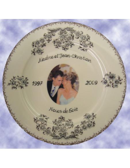 Assiette souvenir en porcelaine avec photo et gravure personnalisées décor fleurs camaïeux de bleu