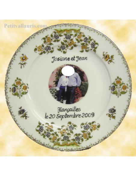 Assiette en porcelaine avec photo et incription personnalisée pour abnniversaire de mariage motif alliances et fleurs polychrome