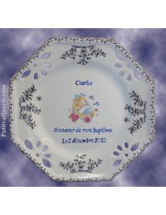 Assiette octogonale ajourée pour baptême garçon décor couffin bleu