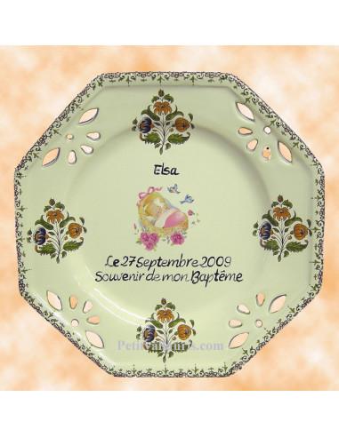 Assiette octogonale ajourée pour baptême fille décor polychrome  couffin rose