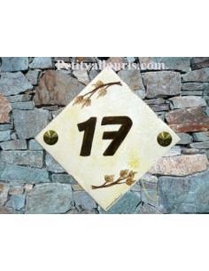 Numéro de maison décor branche de pin camaieu marron pose diagonale