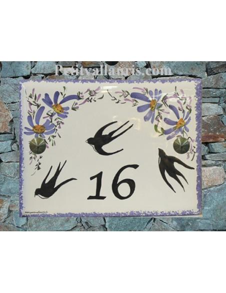 plaque de maison céramique personnalisée décor hirondelles fleurs bleues inscription couleur noire