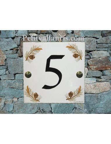 Numéro de Maison pose horizontale décor branche et pomme de pin chiffre noir