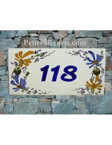 Plaque de maison faience émaillée décor fleurs bleues et jaunes inscription personnalisée bleue