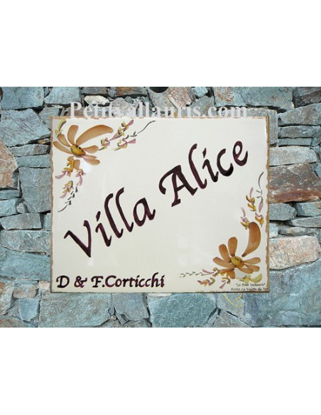 plaque de maison céramique décor fleurs beiges inscription personnalisée marron