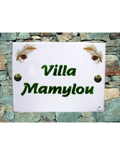 plaque de maison céramique décor pignes de pin inscription horizontale verte