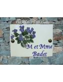 plaque de maison céramique personnalisée décor fleurs les violettes inscription couleur bleue