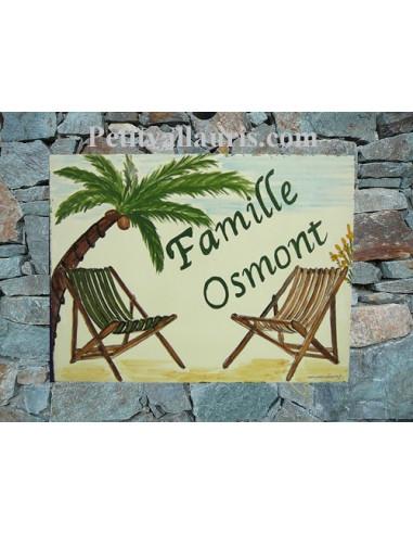 plaque de maison céramique personnalisée décor palmier et chaises longues inscription couleur verte