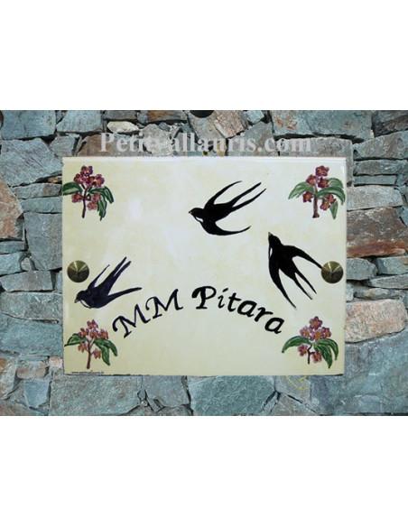 plaque de maison céramique personnalisée décor hirondelles inscription couleur noire