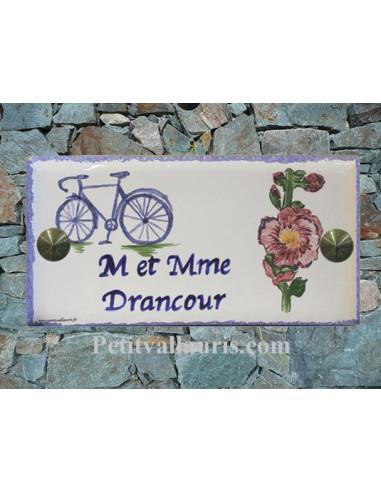 Plaque de maison faience émaillée décor bicyclette et rose trémière inscription personnalisée bleue
