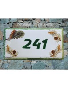 Plaque de maison faience émaillée décor branches pommes de pin et cigale inscription personnalisée verte bord vert