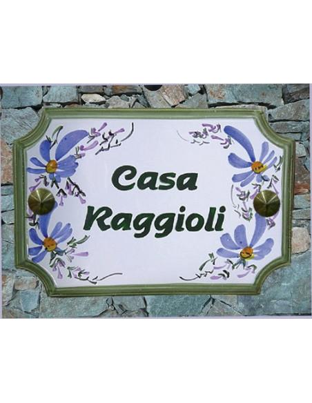 Plaque de Maison en céramique aux angles incurvés motif artisanal fleurs bleues + inscription personnalisée verte