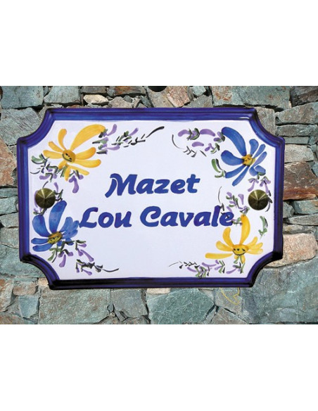 Plaque de Maison en céramique aux angles incurvés motif artisanal fleurs bleues et jaune orangé inscription personnalisée bleue