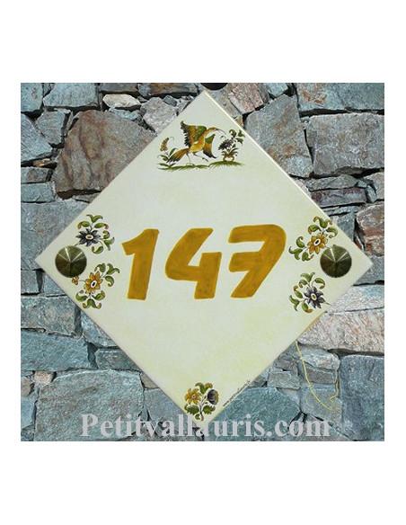 Plaque numéro de Maison en faience fond jaune pierre décor tradition polychrome chiffre personnalisé orange