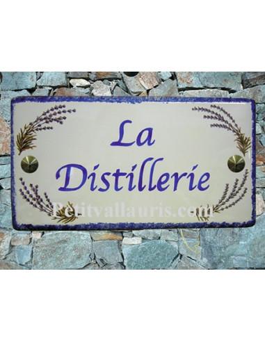 Plaque de Maison rectangle décor brins de lavandes aux angles inscription personnalisée et bord bleu