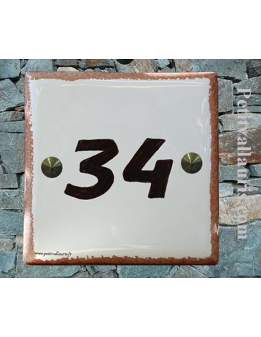 Numéro de maison chiffre marron et bord ocre pose horizontale