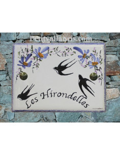 plaque de maison en céramique décor artisanal les hirondelles et fleurs bleues avec inscription personnalisée