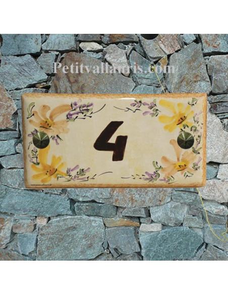 Plaque pour maison en faience + inscription personnalisé motifs fleurs beiges et oranges fond pierre