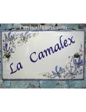 Plaque de Villa rectangle décor fleurs bleues aux angles inscription personnalisée et bord bleu