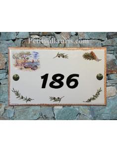 Plaque de Villa rectangle décor calanque,cigale et pigne de pin aux angles bord ocre et inscription personnalisée noire