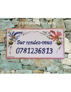 Plaque de maison faience émaillée fleurs roses et bleues inscription personnalisée bleue
