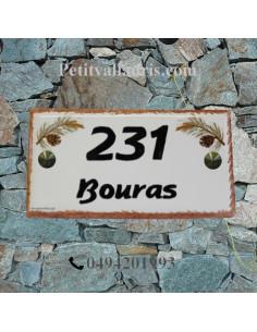 Plaque de maison faience émaillée décor pignes de pin inscription personnalisée noire bord ocre