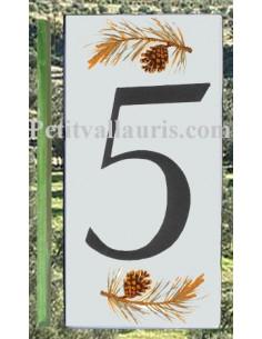 Numero de rue céramique au détail chiffre 5 décor branche et pigne de pin