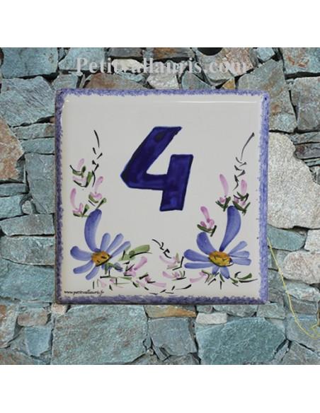 Numéro de rue ou de maison en céramique décor artisanal fleurs bleues pose horizontale