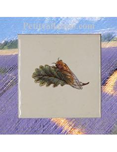 Carreau décor cigale sur fond blanc 10 x 10 cm pose gauche