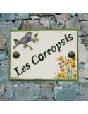 plaque pour maison céramique personnalisée décor mésange bleue et fleurs coreopsis inscription couleur verte
