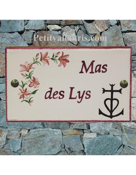 Plaque rectangulaire pour maison en céramique émaillée décor motif artisanal lys et croix de camargue + personnalisation