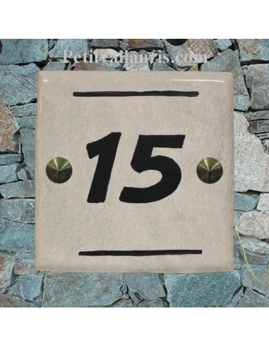 Numéro de Maison contemporain pose horizontale décor olives noires fond gris clair inscription noire