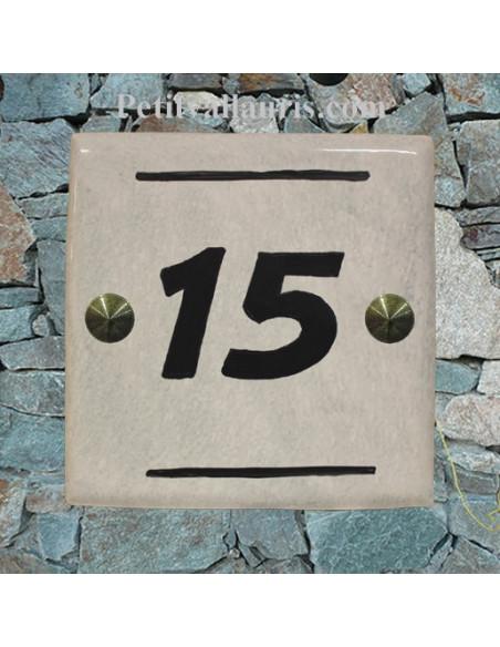 Plaque numéro de maison en faience émaillée contemporaine fond gris clair inscription personnalisée noire