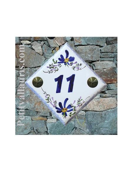 Numéro de rue ou de maison en céramique décor artisanal fleurs bleues pose diagonale