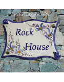 Plaque de maison parchemin en céramique décor fleurs bleues