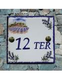 Numéro de Maison pose horizontale décor paysage provençal et brins de lavandes chiffre bleu