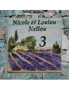 Grande plaque de maison en céramique modèle carrée avec motif artisanal champs de lavandes et bastide + personnalisation