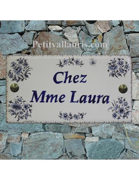 Plaque de Maison en céramique émaillée décor fleurs tradition bleues + inscription personnalisée et bord bleu