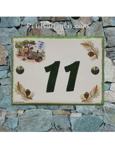 plaque de pavillon céramique décor motifs calanque et pignes de pin inscription verte