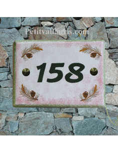 plaque de maison céramique décor pignes de pin fond rose inscription verte