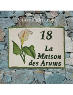 plaque pour maison céramique personnalisée décor fleurs arums inscription couleur verte