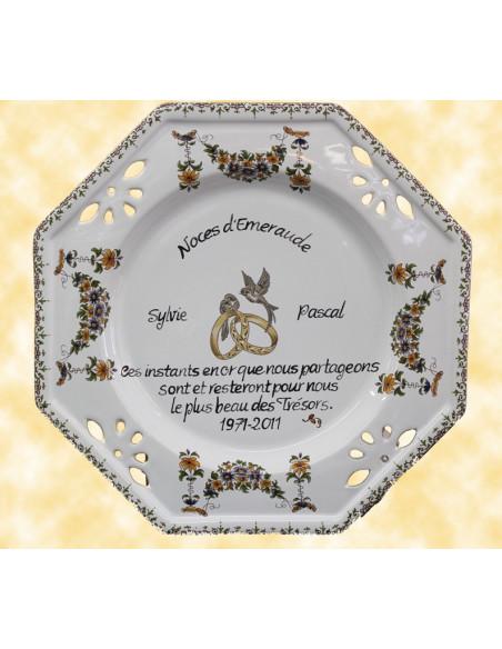 Grande assiette personnalisée anniversaire de Mariage noces d'émeraude modèle octogonale motif fleurs tradition polychrome