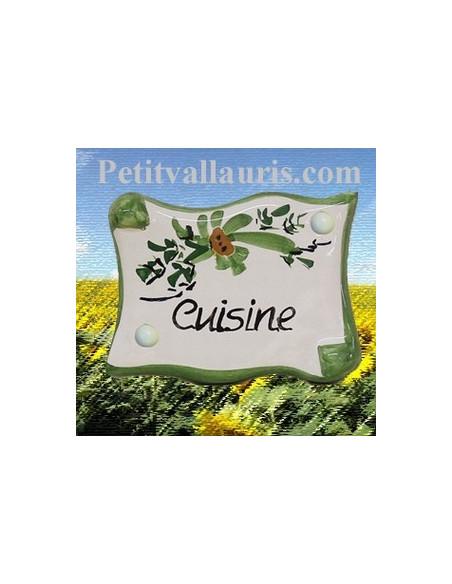 Plaque de porte en faience émaillée blanche modèle parchemin décor artisanal fleurs vertes inscription Cuisine