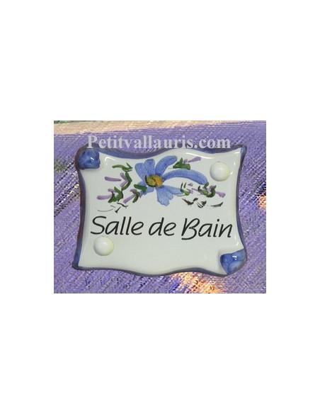 Plaque de porte en faience émaillée blanche modèle parchemin décor artisanal fleurs bleues inscription Salle de Bain