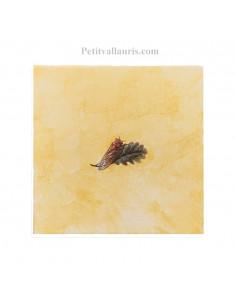 Carreau fond ocre-jaune décor cigale pose à droite 20 x 20 cm