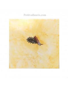Carreau fond ocre-jaune décor cigale pose à gauche 20 x 20 cm