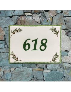 plaque de maison céramique décor brins d'olivier inscription horizontale verte
